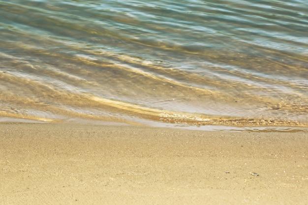 Vacanza della spiaggia di estate dell'acqua di sabbia del fiume