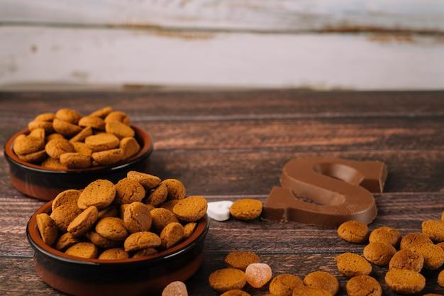 Vacanza olandese sinterklaas. pepernoten di cibo tradizionale, lettera di cioccolato, dolci alla strooigo e carote per cavallo.