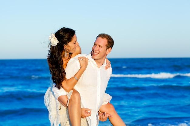 Vacanza spiaggia copuple in viaggio di nozze
