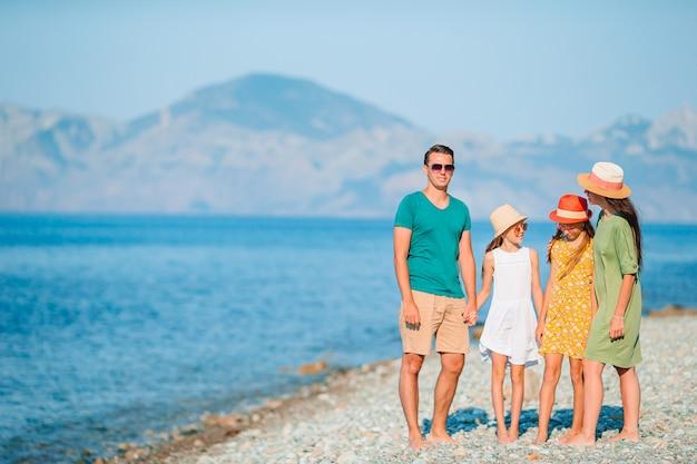Vacanze di famiglia. genitori con bambini in spiaggia