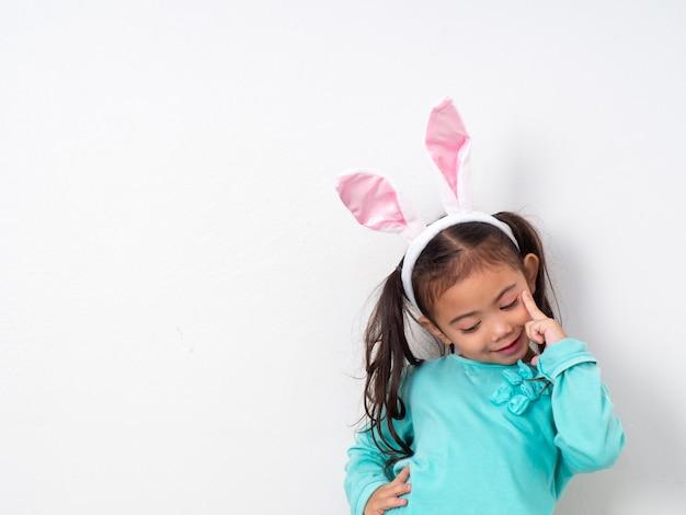 Vacanze di pasqua per bambina felice