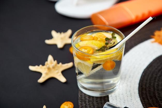 Vacanze e concetto di bevande. cocktail freddo, limonata al limone