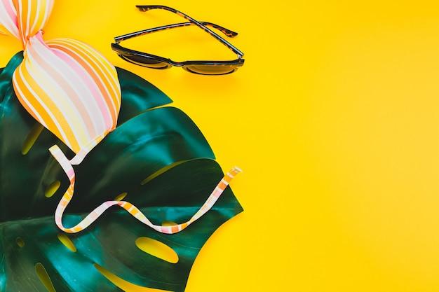 Vacanze estive concept creativo di posa piatta