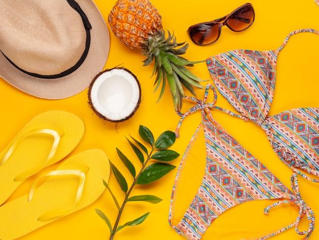 Vacanze estive, concetto di viaggio piatta laici. accessori da spiaggia