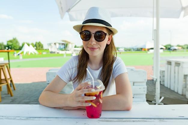 Vacanze estive, riposo, ragazza adolescente di 16 anni