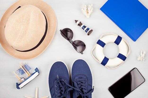 Vacanze estive, viaggi, concetto di turismo piatta laici. spiaggia, accessori urbani casual per uomo