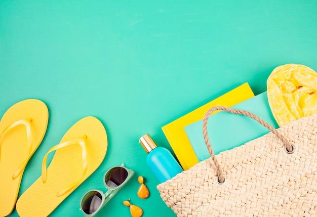 Vacanze estive, viaggi, concetto di turismo piatta laici. spiaggia, campagna, accessori urbani casual