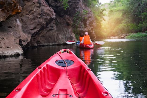 Vacanze estive - vista posteriore del viaggiatore che kayaking sul fiume