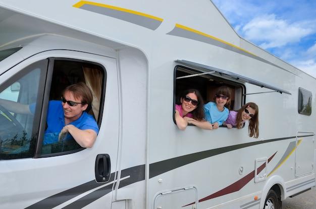 Vacanze in famiglia, viaggi in camper (camper) con bambini, genitori felici con bambini si divertono in viaggio di vacanza in camper
