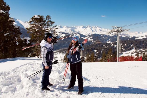 Vacanze invernali - ritratto degli sciatori nella stazione sciistica.