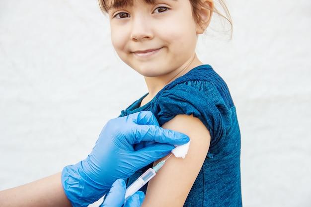 Vaccinazione dei bambini. un'iniezione. messa a fuoco selettiva