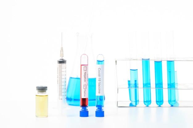 Vaccino con la siringa su fondo bianco