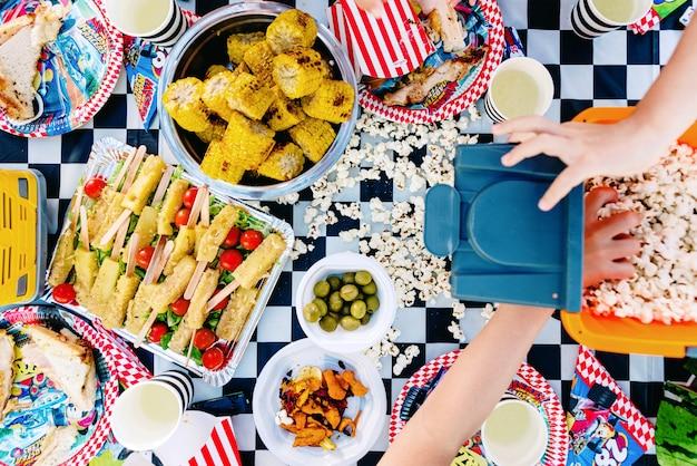 Valencia, spagna - 29 giugno 2019: bambini che mangiano popcorn durante un compleanno estivo.