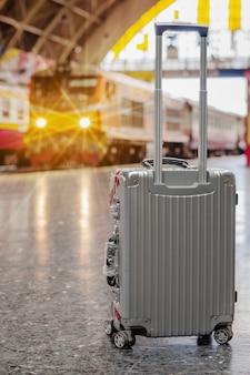 Valigia alla stazione ferroviaria. valigia viaggiatore sulla piattaforma.