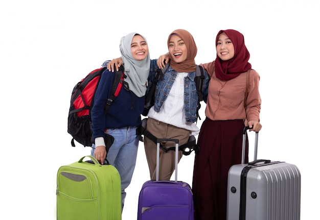 Valigia andante della tenuta di vacanza della donna