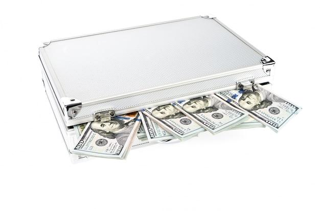Valigia di soldi con centinaio di dollari su sfondo bianco