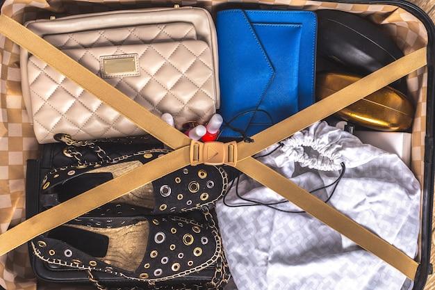 Valigia imballata di articoli per la vacanza