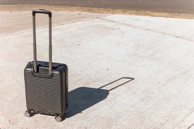 Valigia nera per viaggiare sulla strada
