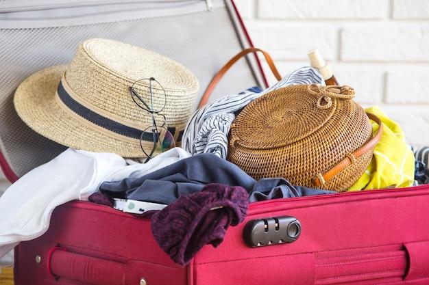 Valigia piena di abbigliamento femminile per le vacanze estive
