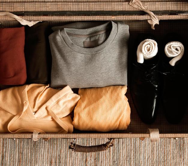 Valigia vintage vista dall'alto con abiti casual