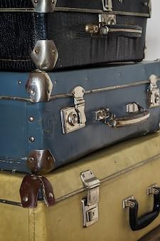 Valigie antiche in una pila, foto tonica nel retro stile.
