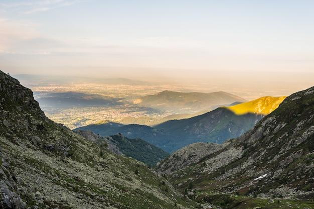 Valle alpina d'ardore al tramonto da sopra