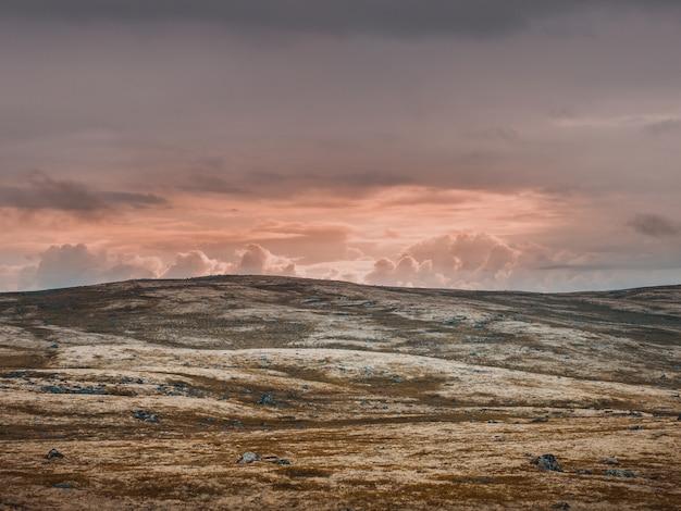 Valle bruciata abbandonata e cielo color pastello