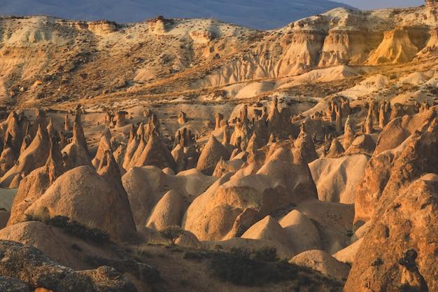 Valle con le montagne sabbiose della cappadocia. paesaggio fantastico.
