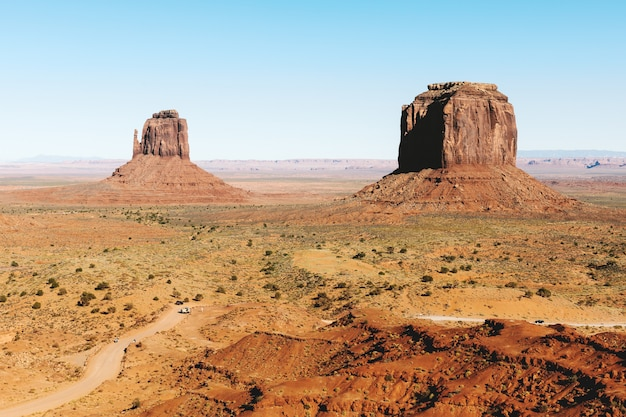 Valle del monumento con un cielo limpido nell'utah