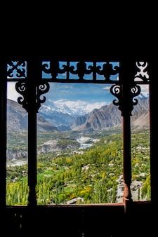 Valle della hunza ai primi di ottobre, vista dal forte di baltit. gilgit-baltistan, pakistan.