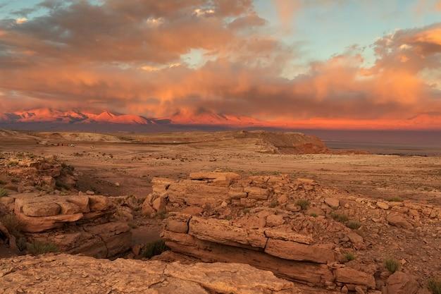 Valle della luna al tramonto del sangue. deserto di atacama cile, sud america