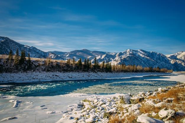 Valle delle montagne ricoperta di neve