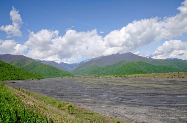 Valle non ricca montagna fiume tra verdi colline. caucaso, georgia