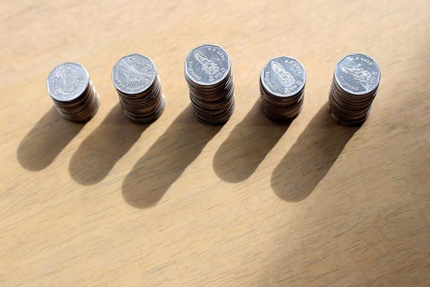 Valuta baht tailandese sul tavolo