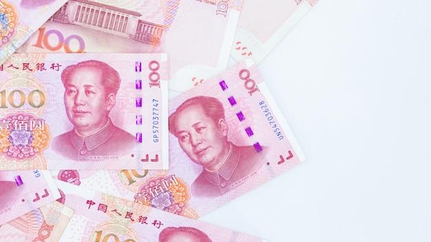 Valuta cinese di carta yuan renminbi fattura banconote su sfondo bianco, banconote cento yuan, più sfondo yuan cinese, cina o economia della crescita dell'asia, concetto di guerra commerciale degli stati uniti.