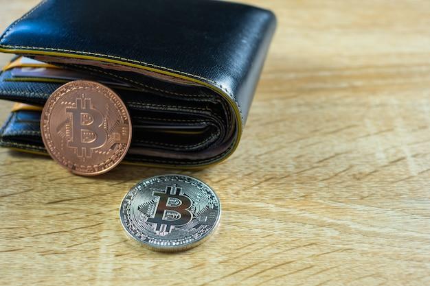 Valuta digitale bitcoin con portafoglio in pelle
