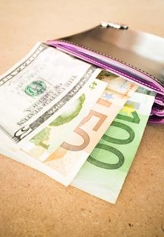 Valute internazionali banconote nel portafoglio