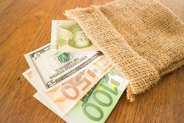 Valute internazionali banconote nel sacco