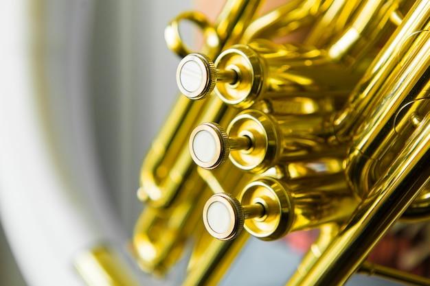 Valvola a tromba dorata. strumento musicale sinfonico