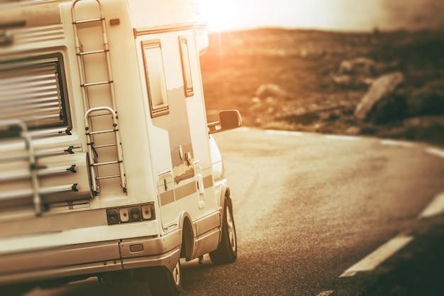 Van camper sulla strada