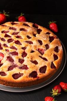 Vaniglia butirrosa casalinga della torta di vaniglia di concetto dell'alimento sul fondo nero della pietra dell'ardesia con la copia apsce