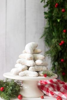 Vanilkipferl - mezzaluna alla vaniglia, biscotti tradizionali di natale in germania, austria, repubblica ceca. biscotti fatti in casa