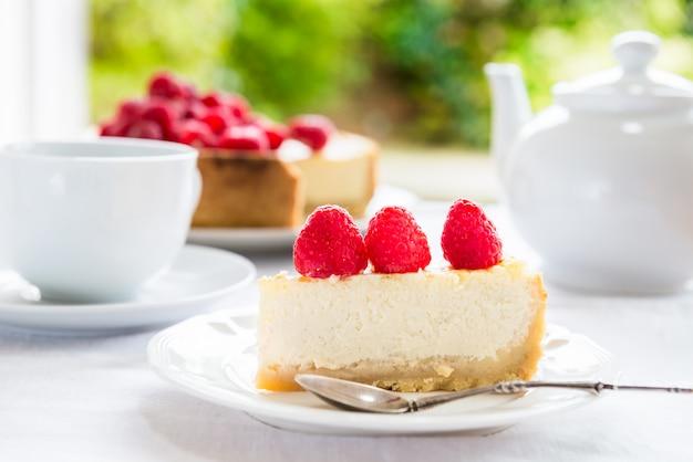 Vanilla cheesecake fatta in casa con lamponi