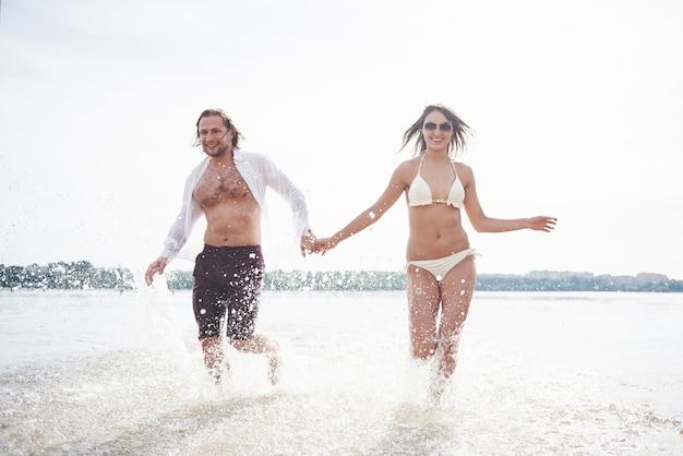 Vapore che corre lungo l'acqua, bellissima spiaggia estiva.