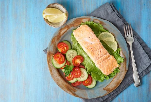 Vapore salmone e verdure, paleo, keto, dieta fodmap. copia spazio