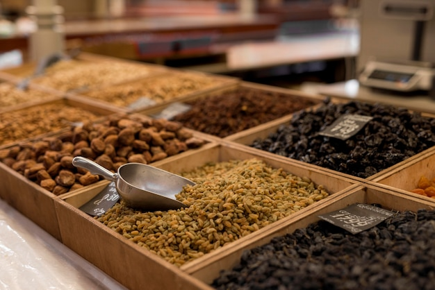 Vari alimenti secchi al mercato