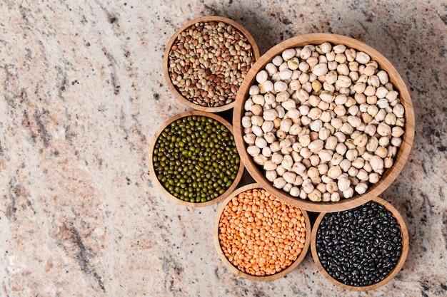 Vari assortimento di legumi - fagioli, ceci, lenticchie, orid dal nero e verde. proteine vegetali.