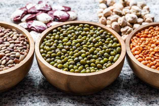 Vari assortimento di legumi indiani - lenticchie, orid verde dal, fagioli rossi doppi, labbra bianche.