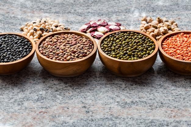 Vari assortimento di legumi indiani. proteine vegetali. prodotti proteici per vegani.