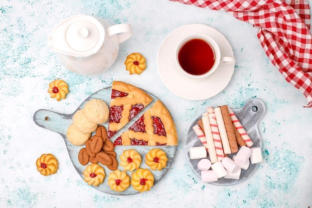 Vari biscotti, biscotti e dolci sulla superficie della luce